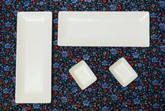 Witte lege platen op het donkere kleurrijke tafelkleed royalty-vrije stock foto's