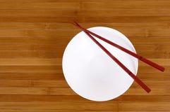 Witte lege rijstkom met houten eetstokjes stock foto's