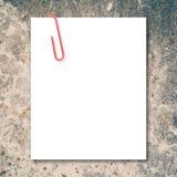 Witte lege ruimte en rode paperclip op steen Stock Afbeeldingen