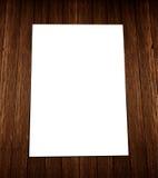 Witte lege A4 vlieger op hout Stock Fotografie