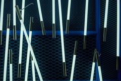 Witte LEIDEN licht in transparant buis en metaaleind tegen blauw c Royalty-vrije Stock Fotografie