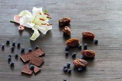 Witte lelie met vruchten en chocolade Royalty-vrije Stock Afbeelding