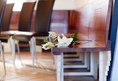 Witte lelie op bank bij begrafenis in kerk royalty-vrije stock fotografie