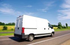 Witte leverings minivrachtwagen royalty-vrije stock afbeelding