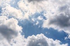 Witte lichte luchtwolken op een blauwe hemel royalty-vrije stock foto's