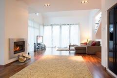 Witte lichte woonkamer met open haard Stock Afbeeldingen