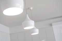 Witte lichten in een nieuwe keuken royalty-vrije stock foto's