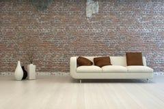 Witte Liefde Seat met Bruine Hoofdkussens bij Woonkamer Stock Fotografie