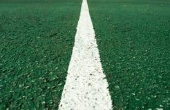 Witte lijn op centrum van voetbalhoogte Royalty-vrije Stock Fotografie
