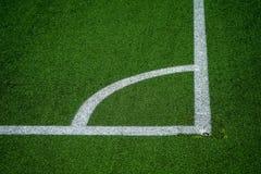 Witte lijnen en grean plastic gras op voetbal of voetbalgebied stock fotografie