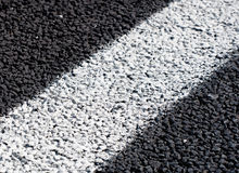Witte lijnen op nieuwe weg Royalty-vrije Stock Afbeelding