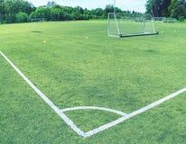 Witte lijnhoek van het voetbalgebied, patroon van groen gras voor voetbalsport, Stock Afbeeldingen