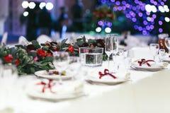 Witte lijst die met lege wijnglazen wordt geplaatst Stock Foto's