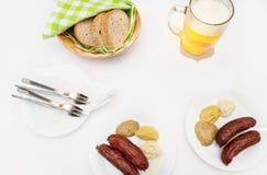 Witte lijst met worsten, mosterd, mierikswortel, brood en bier Royalty-vrije Stock Afbeelding