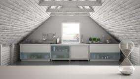 Witte lijst of plank met kristalzandloper die de voorbijgaande tijd over vage keuken, mezzanine zolder, architectuurinterio meten royalty-vrije stock foto's