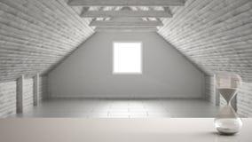 Witte lijst of plank met kristalzandloper die de voorbijgaande tijd over vage lege ruimte, mezzanine zolder, architectuur int. me royalty-vrije stock afbeelding