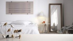 Witte lijstbovenkant of plank met minimalistic vogelornament, vogeltje knick - handigheid over vage eigentijdse slaapkamer met tw royalty-vrije stock afbeeldingen