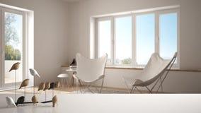 Witte lijstbovenkant of plank met minimalistic vogelornament, vogeltje knick - handigheid over vage eigentijdse woonkamer met gro royalty-vrije stock foto's