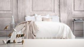 Witte lijstbovenkant of plank met minimalistic vogelornament, vogeltje knick - handigheid over vage klassieke slaapkamer met twee stock afbeelding