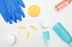 Witte lijstcosmetologist met kosmetische voorbereidingen stock foto's