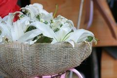 Witte lilly boeketachtergrond stock fotografie