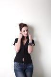 Witte maniervrouw, bruine mooie lange haar en ogen in zwart vest, jeans Royalty-vrije Stock Fotografie