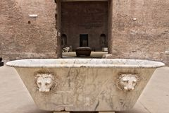 Witte marmeren badkuip bij de Baden van Diocletian in Rome stock afbeeldingen