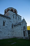 Witte marmeren kerk van 12 eeuw bij Studenica-klooster royalty-vrije stock foto's