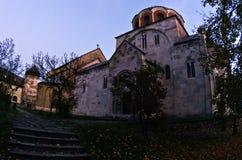 Witte marmeren kerk van 12 eeuw bij Studenica-klooster stock afbeeldingen