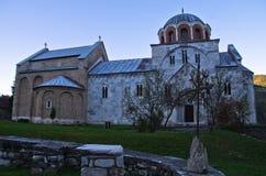 Witte marmeren kerk van 12 eeuw binnen Studenica-klooster bij zonsondergang stock fotografie