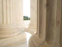 Witte Marmeren Kolommen bij de het Hooggerechtshofbouw van de V.S. in Washington stock foto's