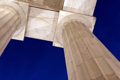 Witte marmeren pijlers tegen avondhemel Royalty-vrije Stock Afbeelding