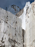 Witte marmeren steengroeve in jachthavenDi Carrara stock afbeelding