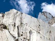 Witte marmeren steengroeve in jachthavenDi Carrara royalty-vrije stock afbeelding