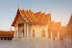 Witte marmeren tempel met zonlichteffect met duidelijke blauwe hemelachtergrond Stock Fotografie