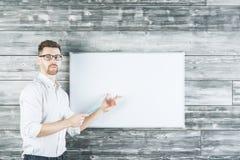 Witte mens die op whiteboard richten Stock Afbeelding