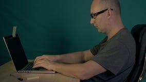 Witte mens die zeer snel op computertoetsenbord typen De Kaukasische mens maakt programmacode De programmeurswerken aangaande lap stock videobeelden