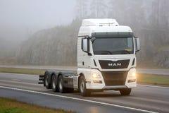 Witte MENS TGX 35 360 D38 Vrachtwagen op Autosnelweg Royalty-vrije Stock Afbeeldingen