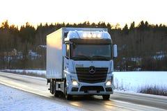 Witte Mercedes-Benz Actros Trucking bij Zonsondergang Royalty-vrije Stock Fotografie