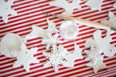 Witte met de hand gemaakte Kerstmisdecoratie Royalty-vrije Stock Foto's