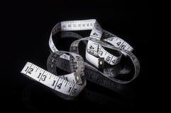 Witte metende band op zwarte met bezinning Royalty-vrije Stock Foto