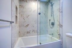 Witte moderne badkamers met marmeren douche royalty-vrije stock foto's
