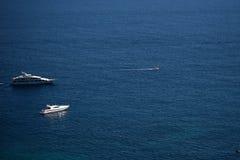 Witte moderne jachten voor de kust Royalty-vrije Stock Foto