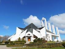 Witte moderne katholieke kerk, Litouwen stock afbeelding