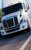 Witte moderne semi vrachtwagen met aanhangwagen het drijven met lading op marke Royalty-vrije Stock Afbeeldingen