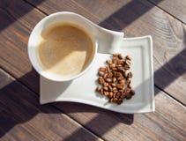 Witte mok koffie met korrels Stock Afbeeldingen