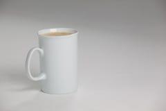 Witte mok koffie met romig schuim royalty-vrije stock foto