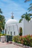 Witte Mooie Katholieke Kerk in het centrum van Playa del Carme Stock Foto