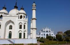 Witte moskee bij de zonnige dag royalty-vrije stock foto