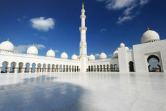 Witte moskee met bewolkte blauwe hemel royalty-vrije stock foto